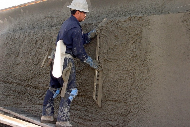 чем оштукатурить бетон