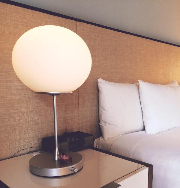 Чем отделать неровные стены в спальне быстро и недорого