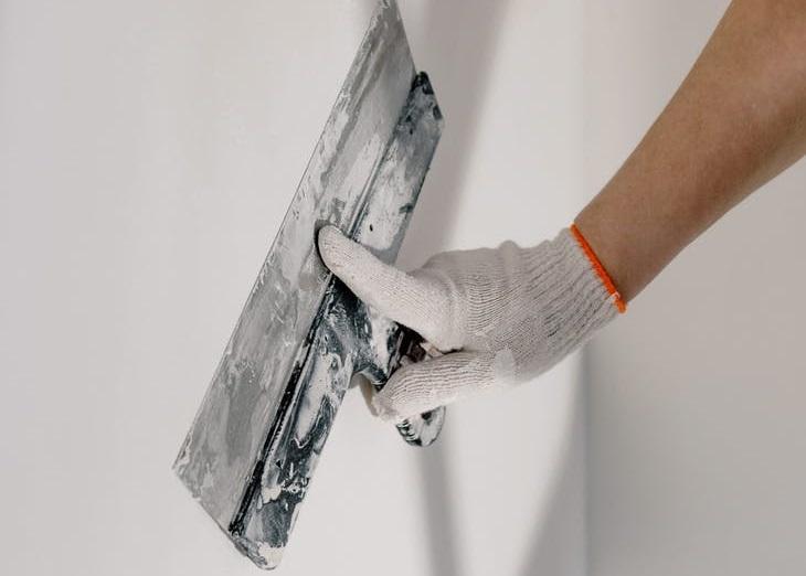 чем обшивают бетонные стены внутри?